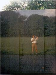Meer dan 58.000 namen staan voor eeuwig gegraveerd in het Vietnam Veterans Memorial. Als je er voor staat, is het wat moeilijk te bevatten.