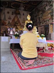 Een vrouw die aan het bidden is in de Wat Benchamabophit tempel. Een prachtig complex wat zeker een bezoekje waard is.