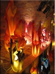 In een klein gezellig winkeltje in St. Énimie, kwamen we deze lampen tegen. Alles werd van gerecycled plastic gemaakt door de eigenaar zelf.