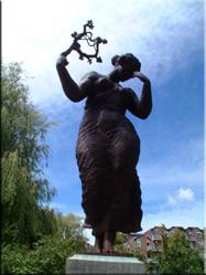 Het monument bij molen 'De Valk' in Leiden is een bronzen beeld van een vrouwenfiguur en gedenkteken voor de gevallenen in de tweede wereldoorlog.