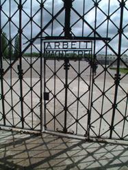 """Bij de poort aan de hoofdingang waar de gevangenen binnenkwamen preekt nog steeds de befaamde spreuk """"Arbeit Macht Frei""""."""