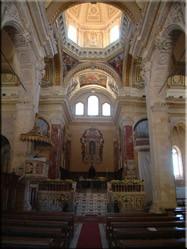 De Santa Maria-Katherdraal die verschillende keren is verbouwd herbergt een schitterend marmeren interieur met hele fraaie beelden.
