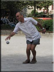 In het midden van het stadsplein spelen vele locals de volkssport 'petanque'. Gezellig, maar wel op het scherpst van de snede......