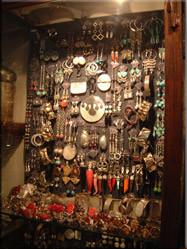 Voor de gemiddelde toerist is er genoeg te koop. Potterie, sieraden, wijnhandels en veel 'rommel'winkels sieren het gezellige 'straat'beeld.