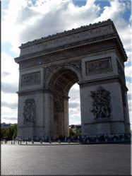 De beroemdste triomfboog ter wereld. De Arc de Triomphe op Place Charles de Gaulle. De triomf van Napoleon in 1805 staat op de zuilen afgebeeld.