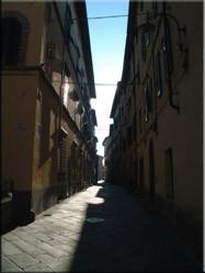 Eén van de vele smalle straatjes die Lucca rijk is. Het rechthoekige straatpatroon is nog hetzelfde als in de voormalige Romeinse nederzetting (180 v.C)