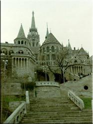 Het vissersbastion in Boeda. Een indrukwekkend spel van trapjes en torentjes. De zeven torens staan symbool voor zeven Hongaarse stammen.