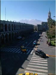 Uitzicht over de Plaza de Armas met El misti op de achtergrond. De besneeuwde toppen van de vulkaan bieden samen met de kathedraal een statig plaatje.