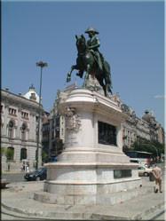 Een standbeeld van Perdo IV, dat prijkt op Praça da Liberdade. Door de stad heen zijn meer van dit soort pronk- en kunststukken te vinden.