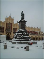 De Rynek Glòwny (grote markt) met daarop de Sukiennice (Lakenhal) waar in de overdekte markthal van alles te koop is.