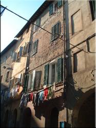 Een wandeling door alle smalle straatjes geeft je een hele goede en echte sfeervolle Italiaanse indruk van de 17 contrade (wijken) die de stad rijk is.