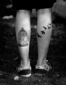 Goélands adolescentes en grandes difficultés et tatouages