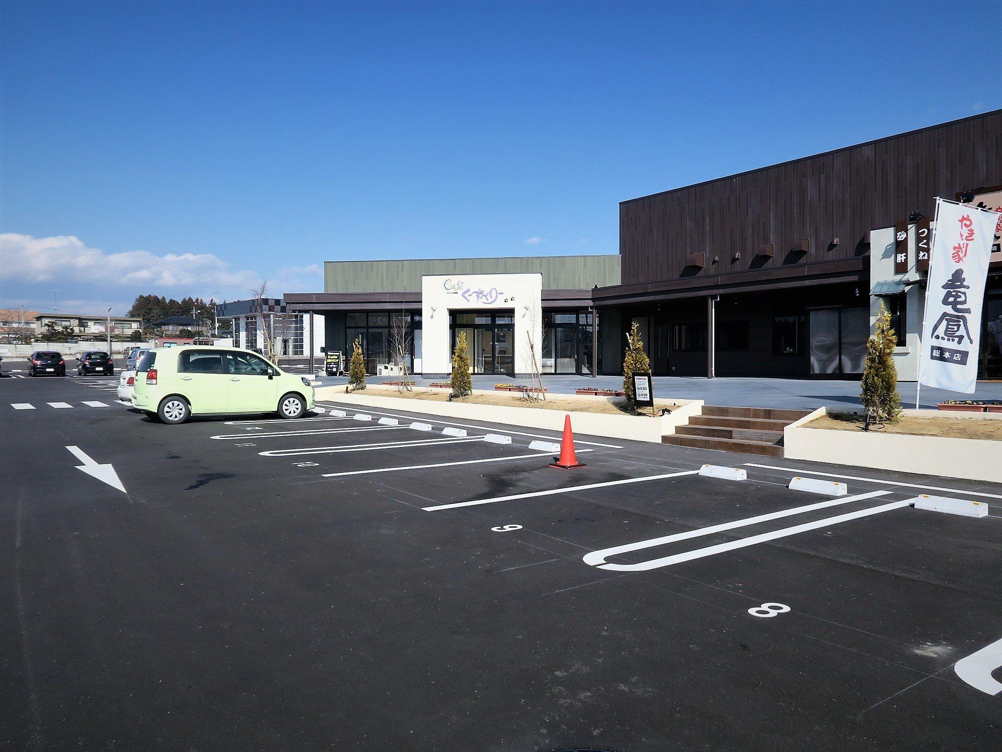 駐車場には障がい者スペースもございます。お気軽にご利用下さい。店内入口は引き戸となっております。