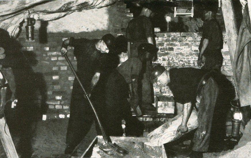 Arbeiten an einem Branddamm   1938