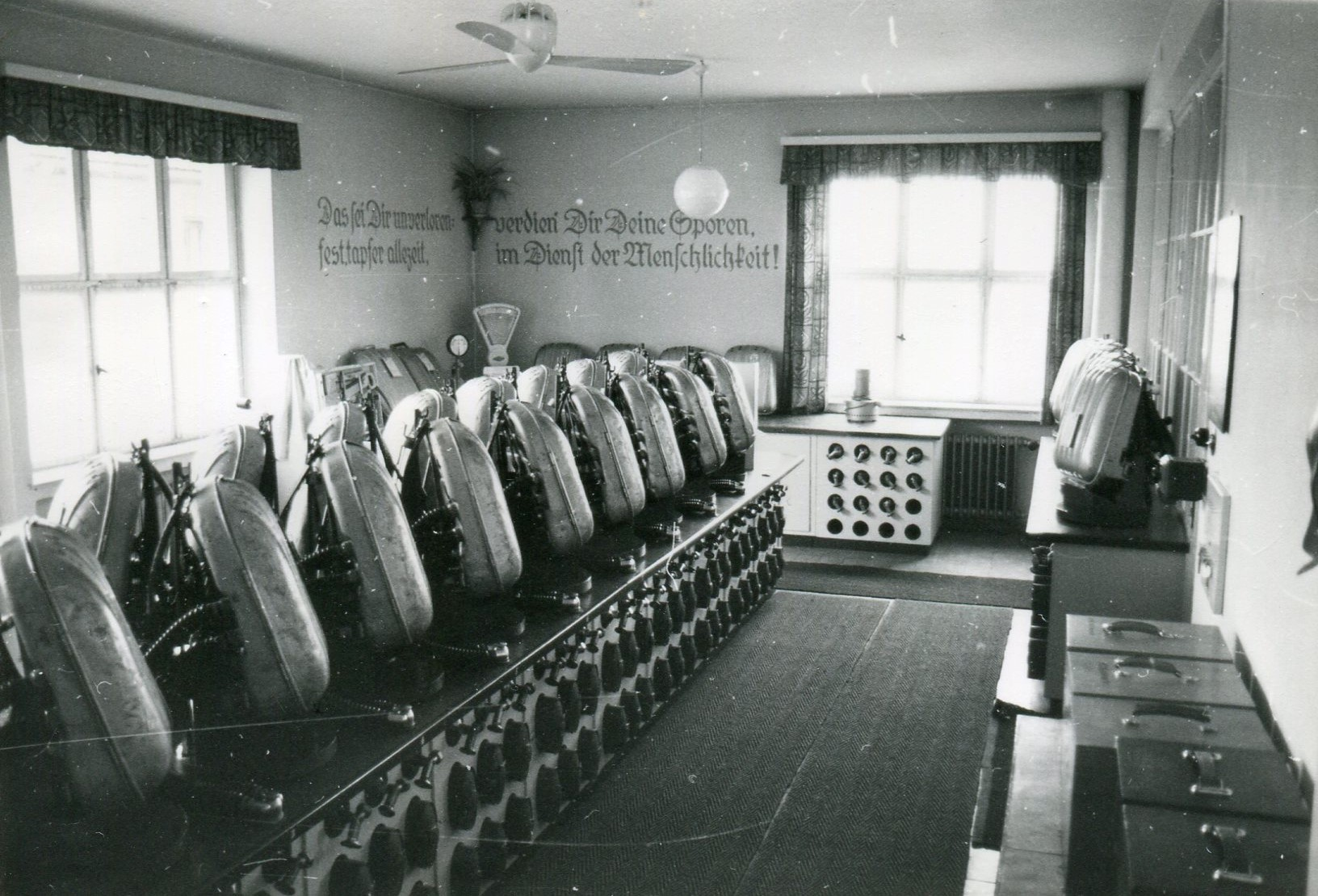Geräteraum in der Grubenrettungsstelle, 20 Atemschutzgeräte mit zentraler Dichtprüfanlage