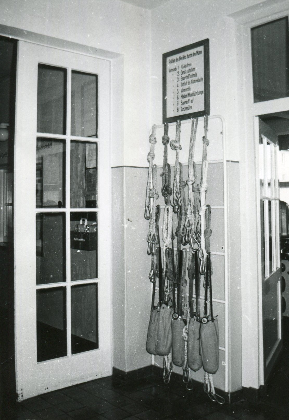 Eingang Geräteraum daneben Sicherheitsleinen und O² Flaschen für Einsatztruppen