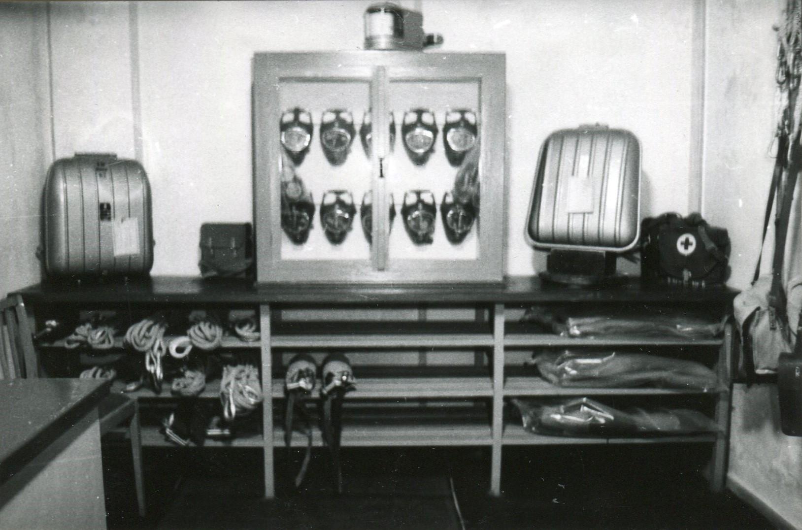 Maskenschrank und Regal für Zubehör, links Pulmotor, rechts Reservegerät