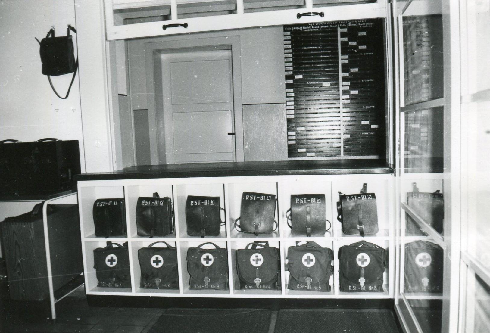 Unter dem Ausgebeschalter im Geräteraum befinden sich die Gruppenführereinsatztaschen sowie Sanitätstaschen