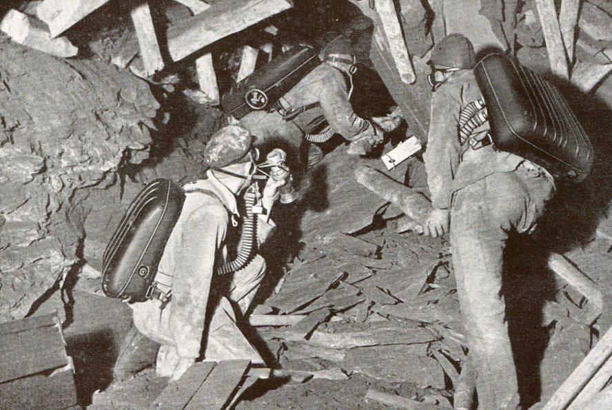 Grubenwehrmänner in einer zu Bruch gegangene Strecke  1934