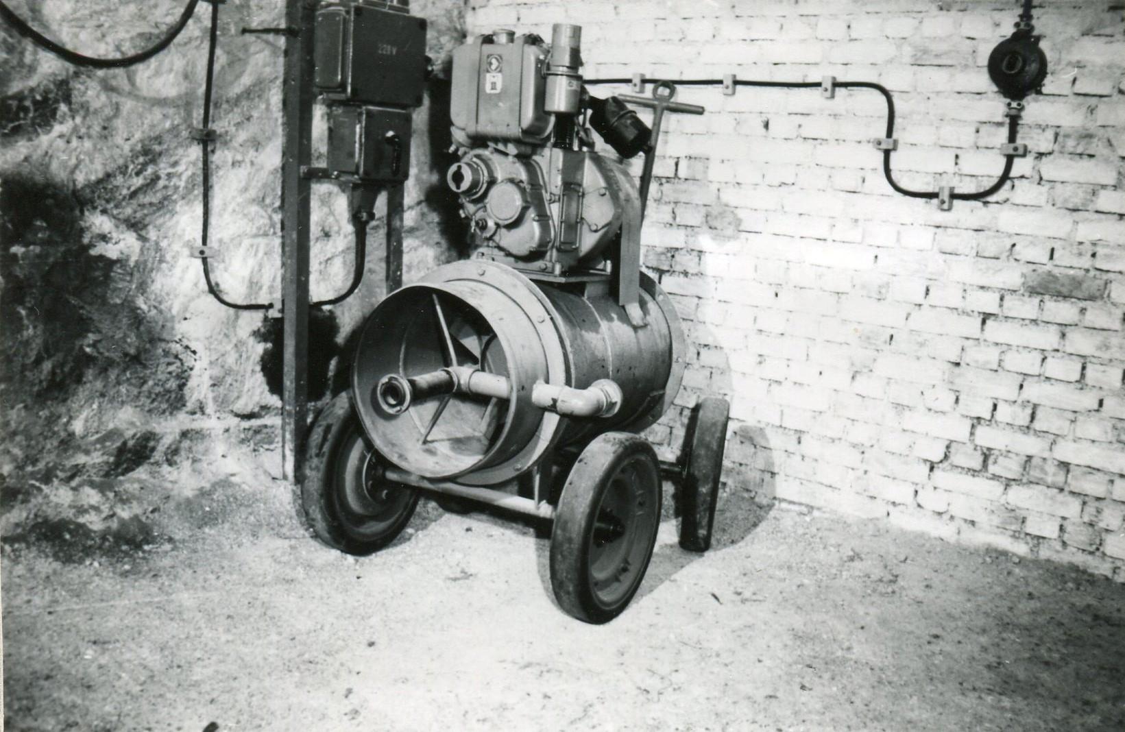 Dieselgetriebenes Hochexpansionsschaumlöschgerät vor dem Eingang des Gerätestützpunktes