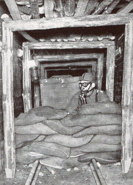 Herrichten eines Abdichtungsdammes aus Sandsäcken, Bruchstrasse 1932