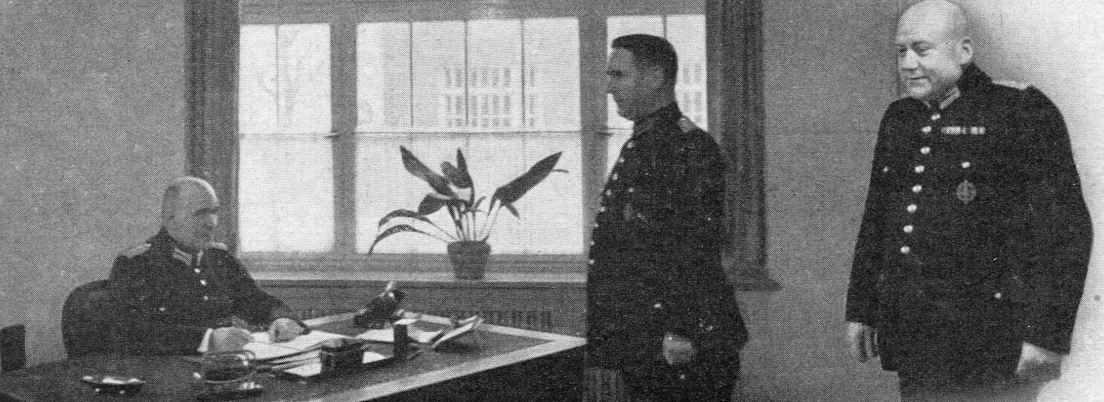 Branddirektor W.Korsch (links) mit Oberbrandmeister Seeger und Brandmeister Montag