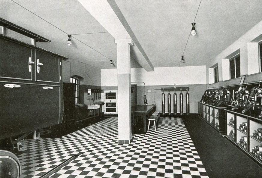 Geräteraum der Rettungsstelle Minister-Stein in Dortmund, links der Rettungswagen   1937