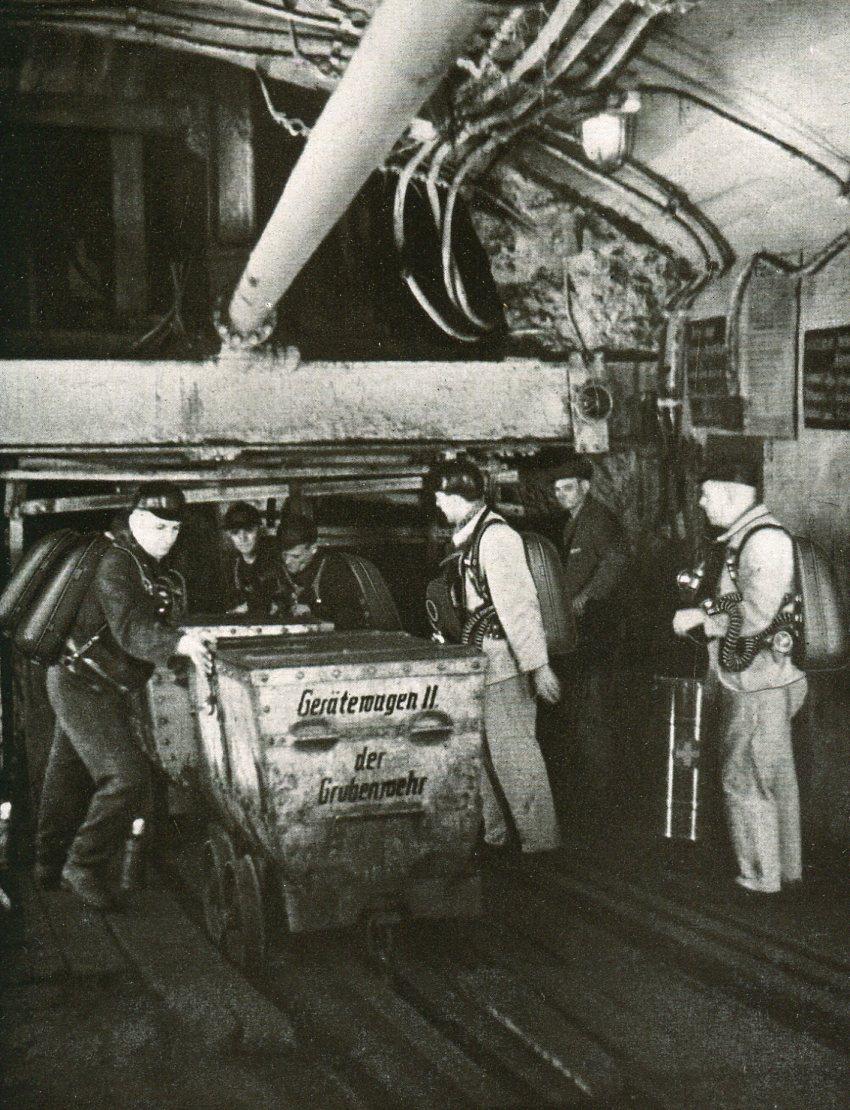 Grubenwehrmannschaft der Grube Camphausen holen die Gerätewagen vom Förderkorb   1936
