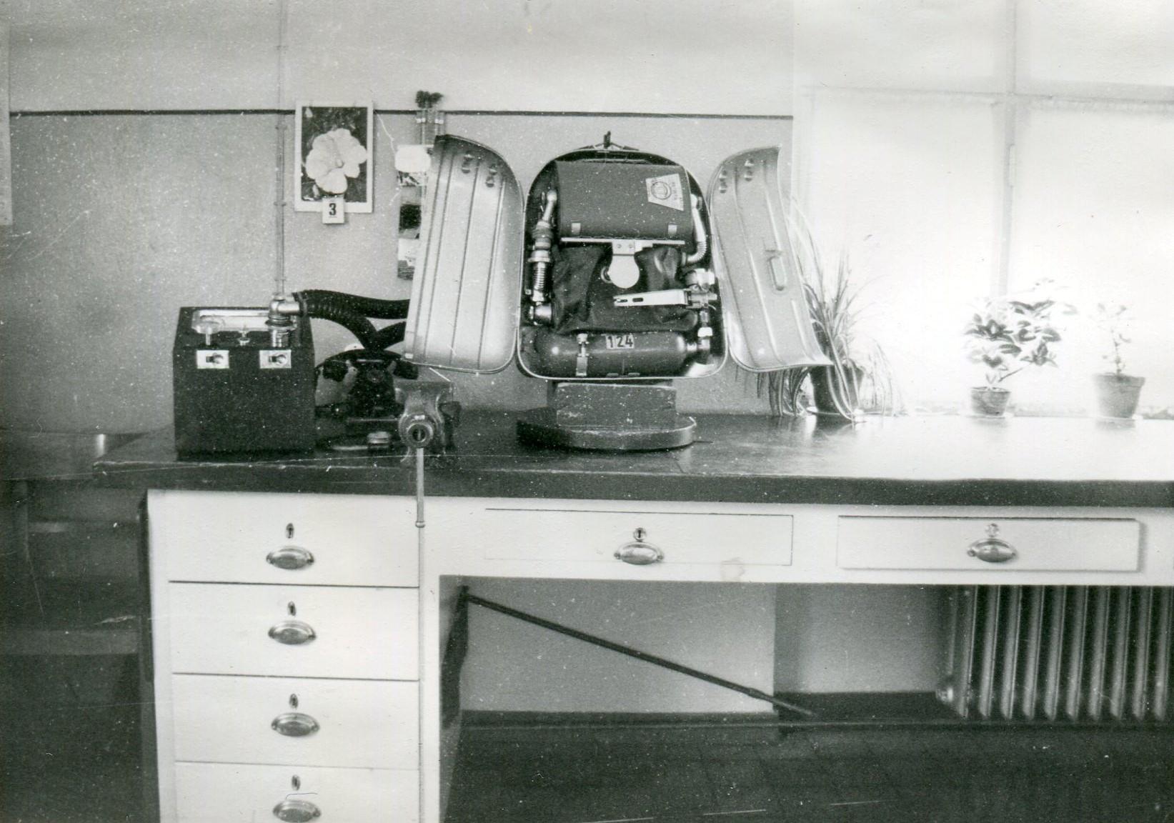 Arbeitstisch mit BG 494/400 und Prüfgerät RZ 22