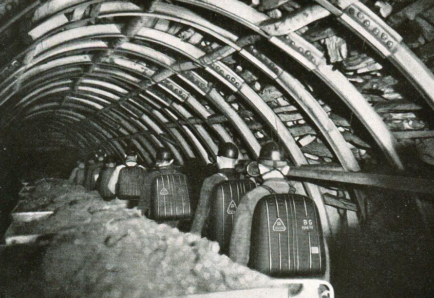 Alarmierte Grubenwehr befährt eine Richtstrecke mit angelegtem Gerät   1936