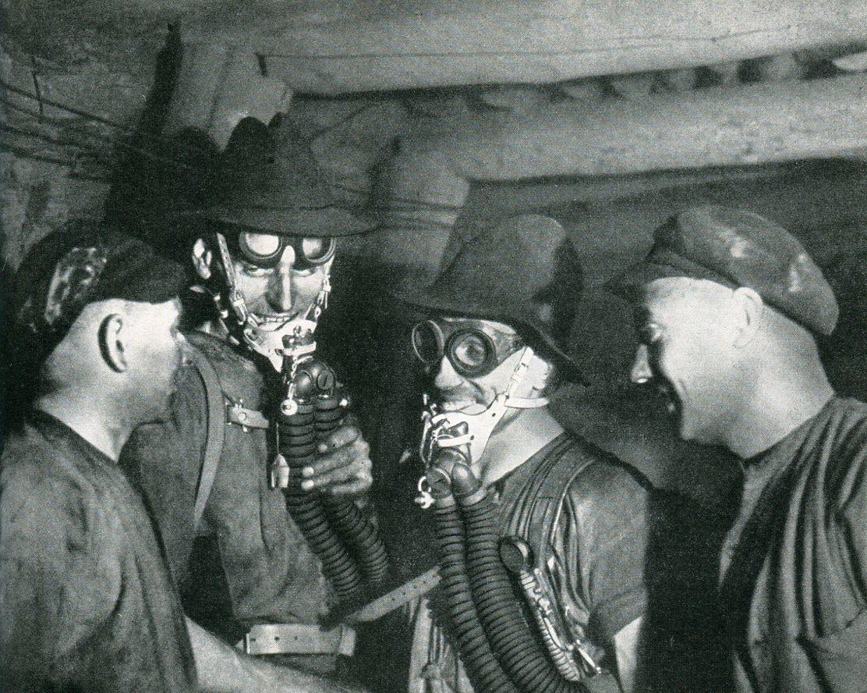 Grubenwehr Hibernia nach getaner Arbeit in matten Wettern    1942