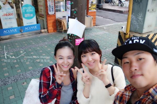 撮影後のお客様と通訳のローラちゃん(中央)