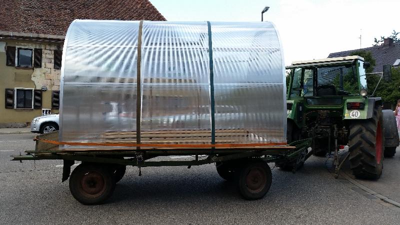 Abtransport Gewächshaustyp ST6 mit Traktor