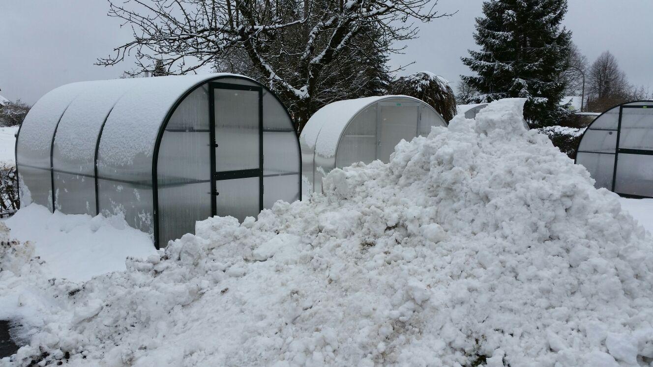 Bei unseren Gewächshäusern bleibt der Schnee nicht auf dem Dach liegen (Siehe Gewächshausseite)
