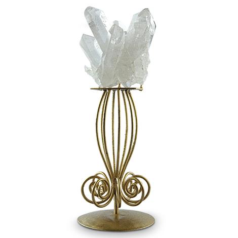 Dekorative Bergkristall-Stufe auf goldfarbenem Metallfuß.