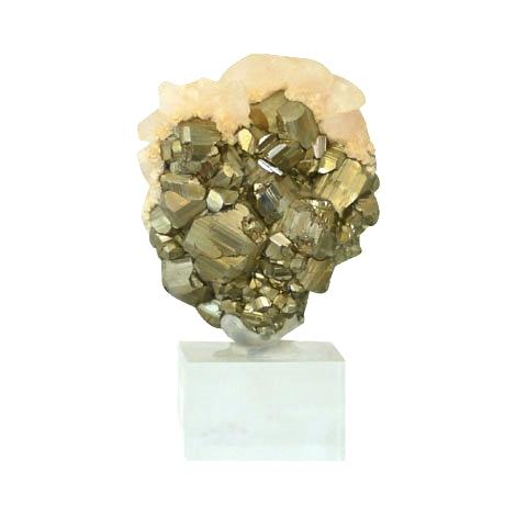 Goldglänzender Pyrit in Herzform.