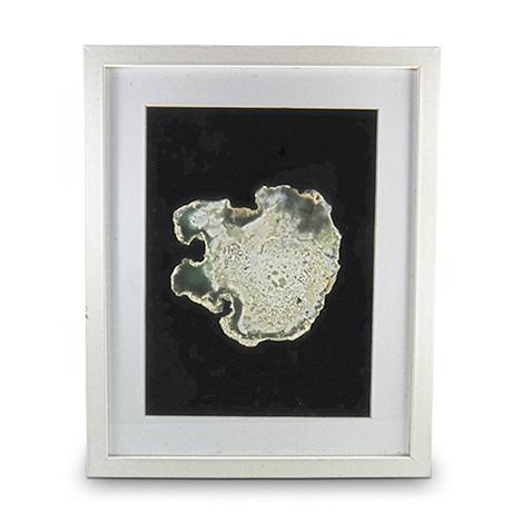Moosachat als Mineralanschnitt. Weiß Gerahmt mit Passepartout.
