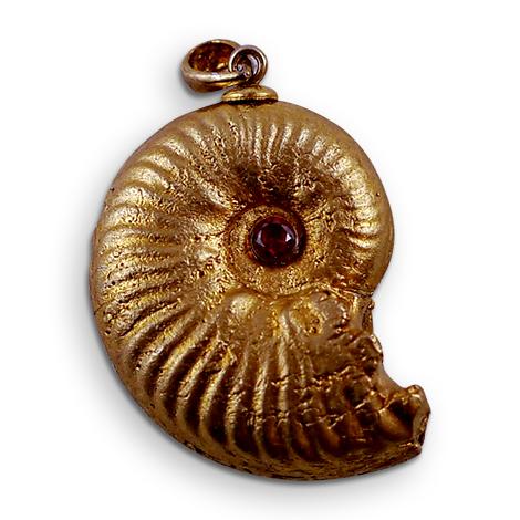 Ammonitenschmuck-Anhänger Amaltheus, vergoldet mit Zirkonia.