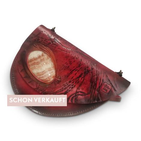 Dekorative Mineralien in der Mode: Saddlebag aus echtem Rindsleder in Bordeaux-rot mit eingearbeitetem Edelstein.