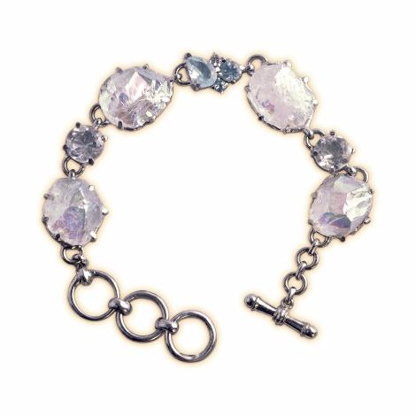 Armband aus Sterlingsilber mit Opalquarz sowie weißem und blauem Topas. Das Armband hat einen Knebelverschluss.