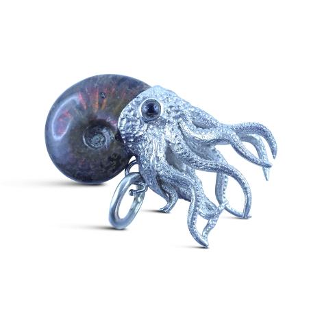 Ammoniten-Anhänger mit Silberkopf.