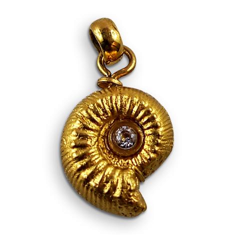 Ammonitenschmuck-Anhänger Liparoceras, vergoldet, mit Zirkonia.