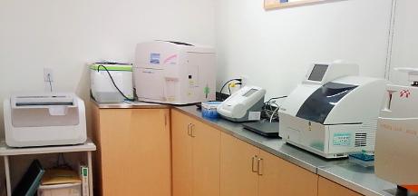 左から、レントゲン現像機、末梢血5分画/CRP測定器、HbA1c/尿中微量アルブミン測定器、生化学測定器