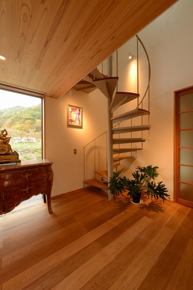 真田の家(上田市)-玄関ホール・ゲストルームへの螺旋階段