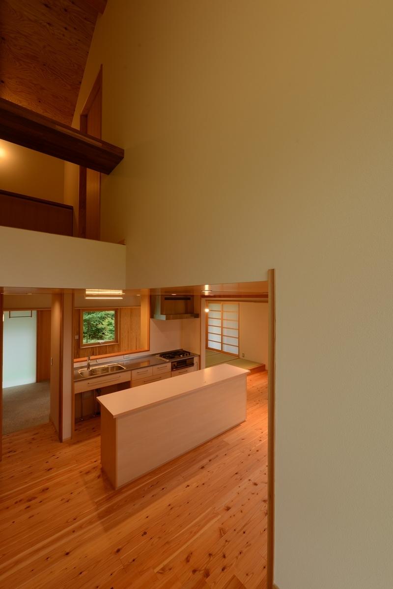 明野の家(山梨県北杜市)―階段より台所