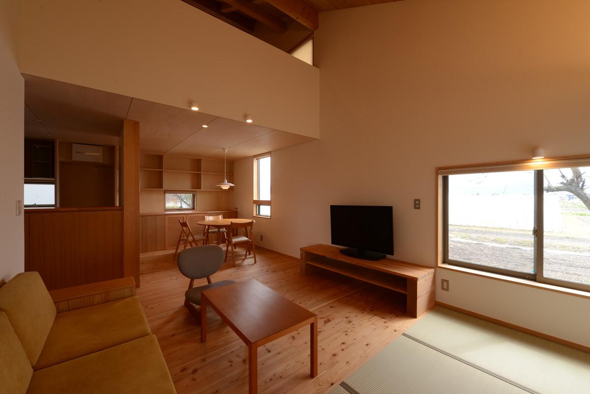 島立の家Ⅱ(松本市)居間~食堂・吹抜を介し2階子供室