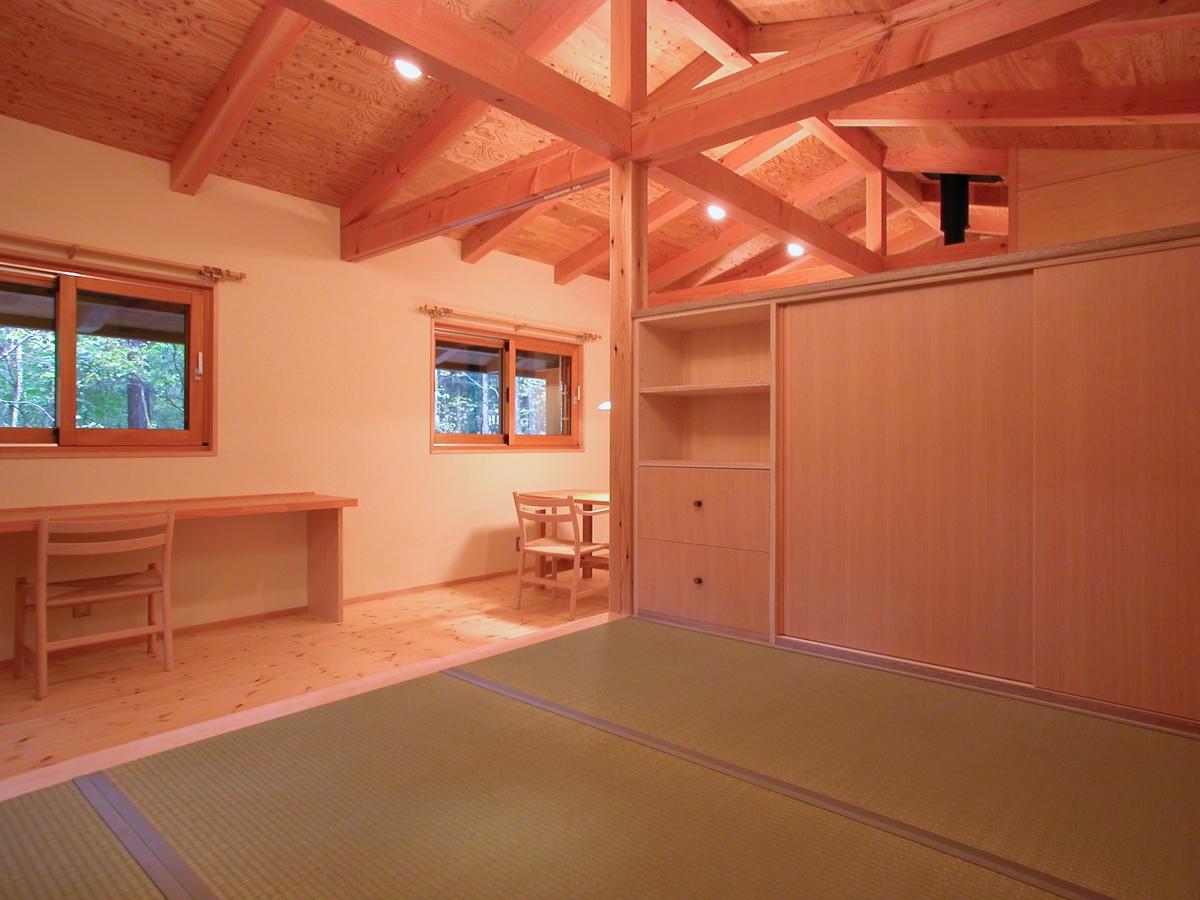 飯綱高原の山小屋Ⅰ( 長野市)-小上り(寝室)布団収納家具で緩やかに仕切る