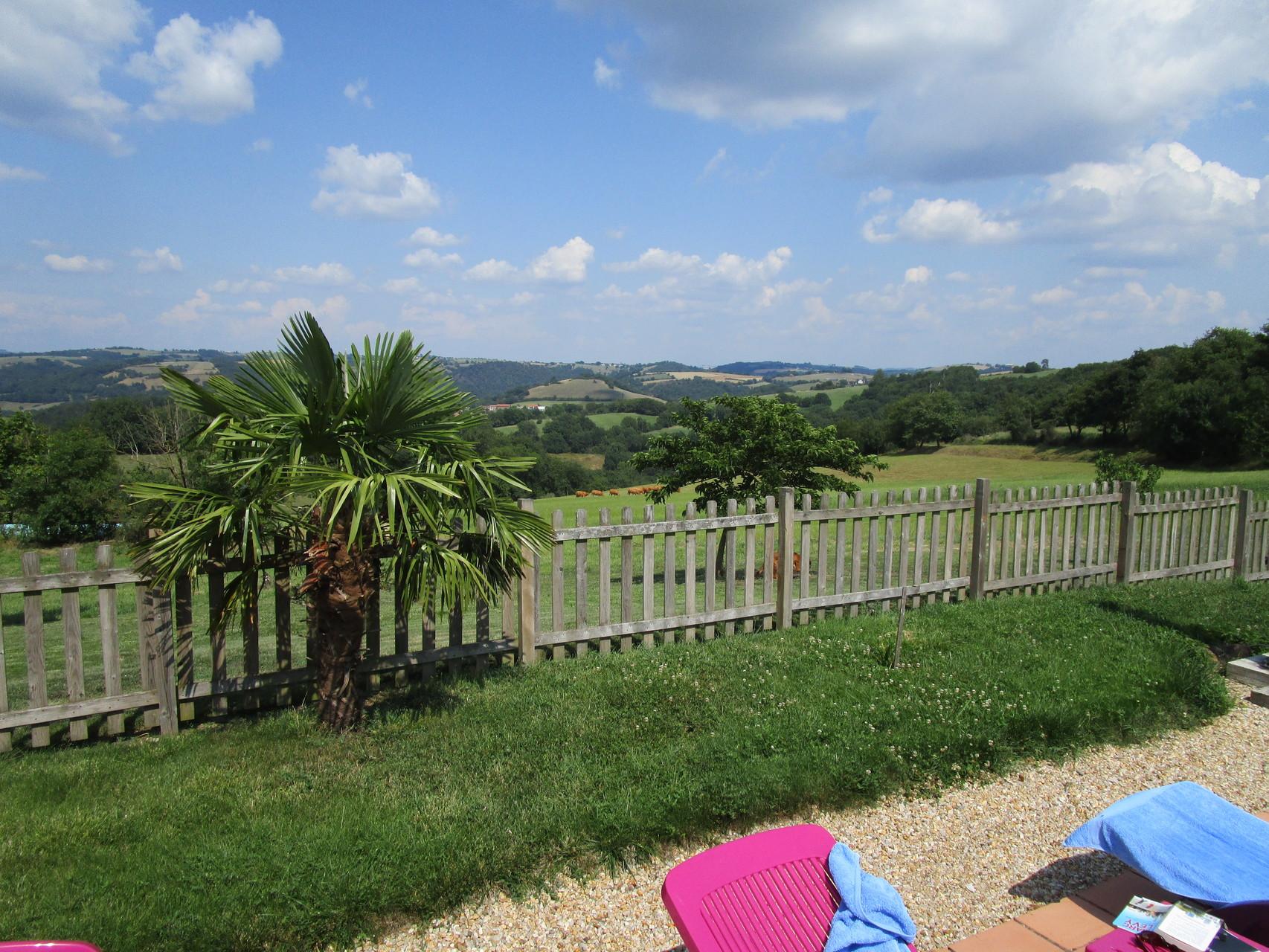 vue depuis la piscine Gîtes et chambre d'Hôtes Peyrecout Tarn Cordes Albi