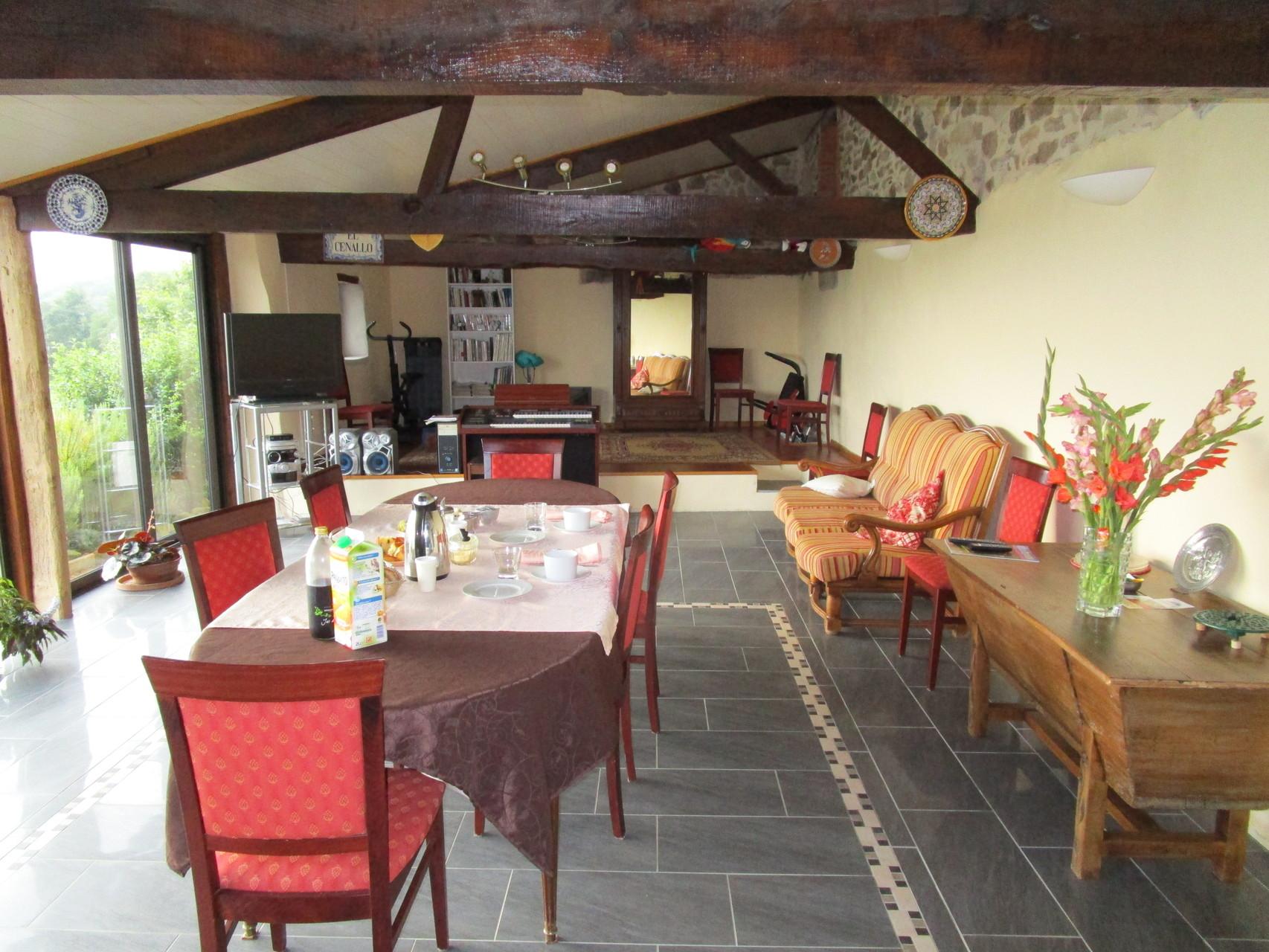 salle petits déjeuners été Gîtes et chambre d'Hôtes Peyrecout Tarn Cordes Albi
