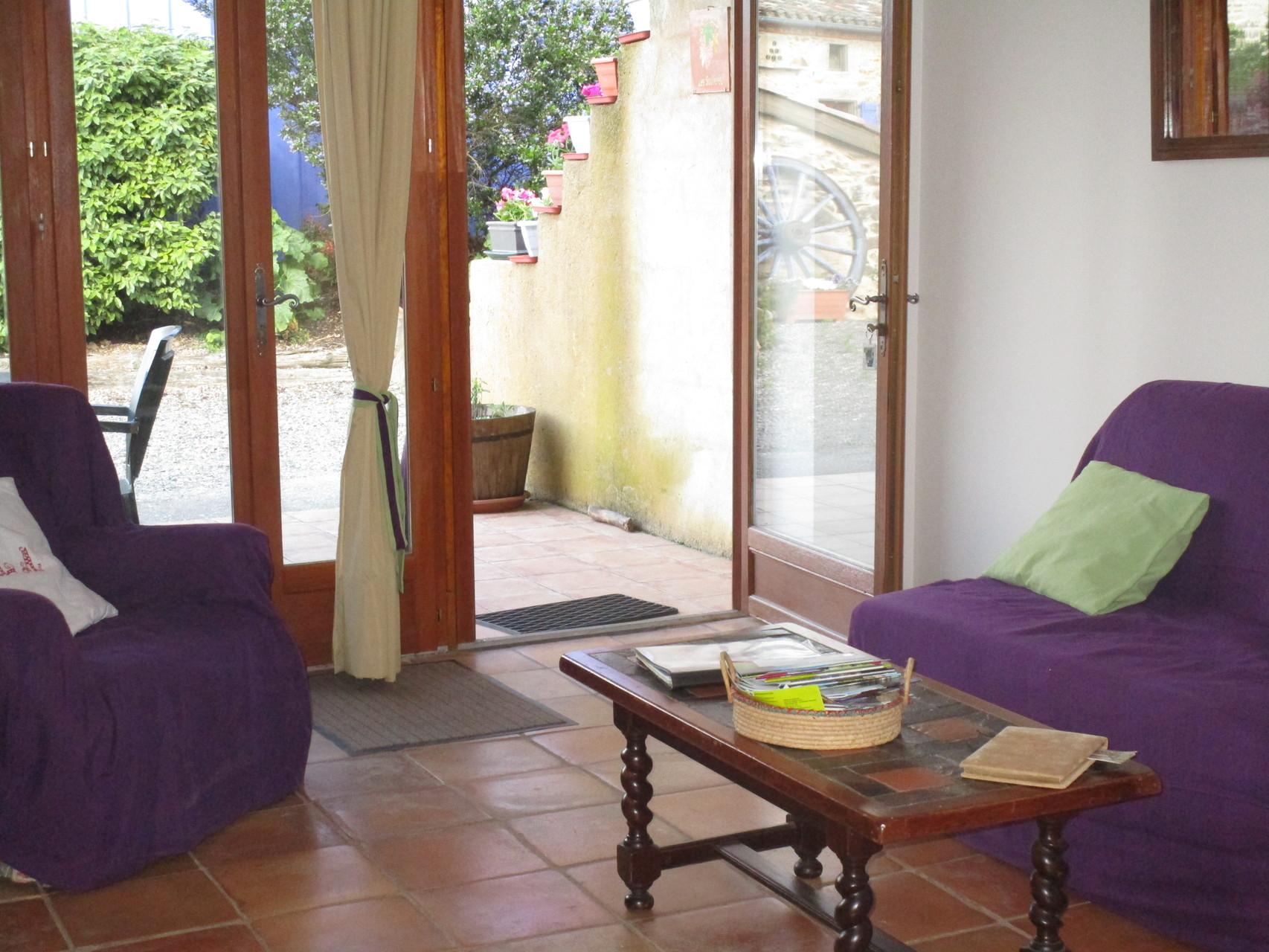 salon avec vue sur la terrasse ,Gîtes et chambre d'Hôtes Peyrecout Tarn Cordes Albi